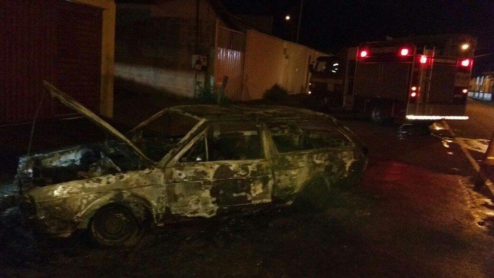 Carro fica completamente destruído após pegar fogo em Paraíso do Tocantins