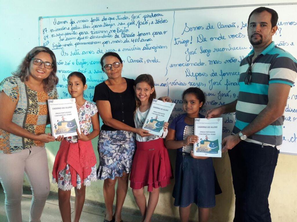 Alunos do 5º ano de Fátima TO recebem apostilas para Prova Brasil