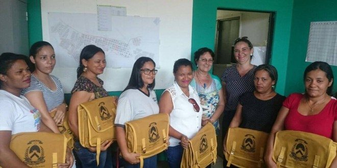 Agentes de Endemias recebem bolsas com materiais de trabalho