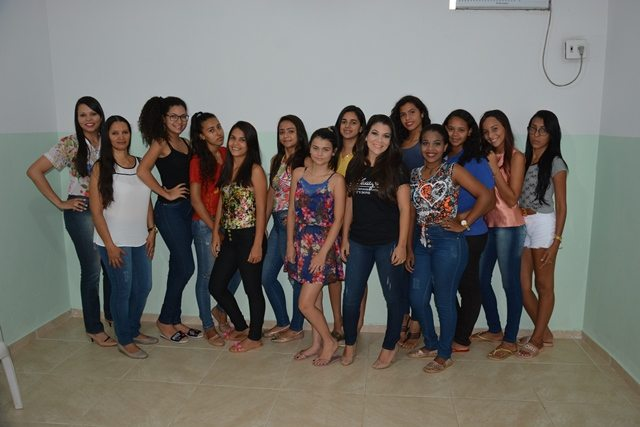 Com ajuda voluntária CRAS oferta curso de maquiagem para adolescentes