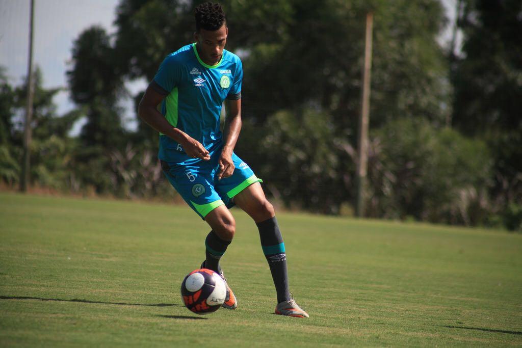 Chapecoense: Zagueiro da Chape, Hiago Cena aguarda oportunidades e acredita na recuperação no Brasileirão