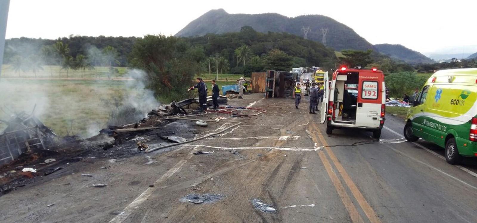 Acidente entre duas ambulâncias, ônibus e carreta deixa 21 mortos na BR-101 em Guarapari no Espírito Santo