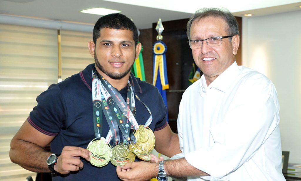 Marcelo Miranda recebe atleta araguainense tricampeão mundial de Jiu-Jitsu
