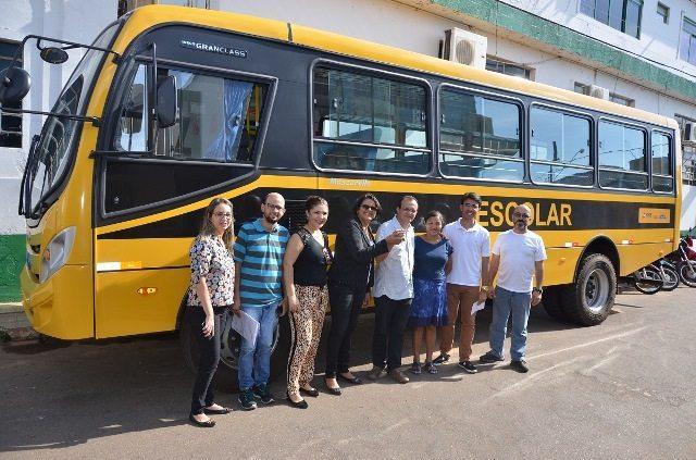 Secretaria de Educação de Porto Nacional recebe ônibus escolar rural escolar