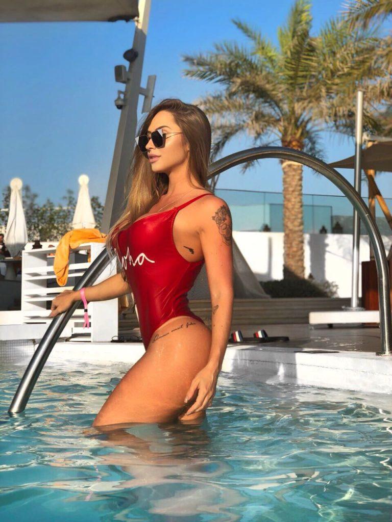 Musa fitness Gabriela Correa exibe corpo estupendo em Dubai