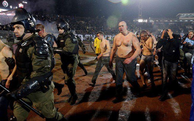 Briga sangrenta entre torcedores marca maior clássico da Sérvia