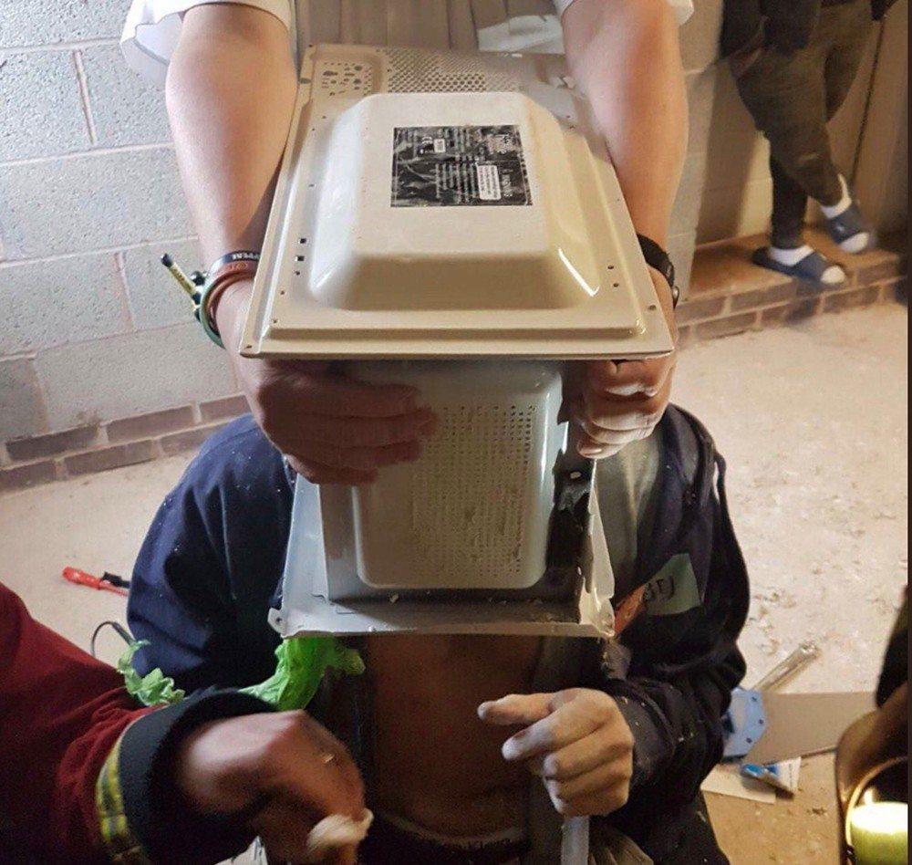 Bombeiros são acionados para libertar Youtuber que cimentou a cabeça dentro de micro-ondas