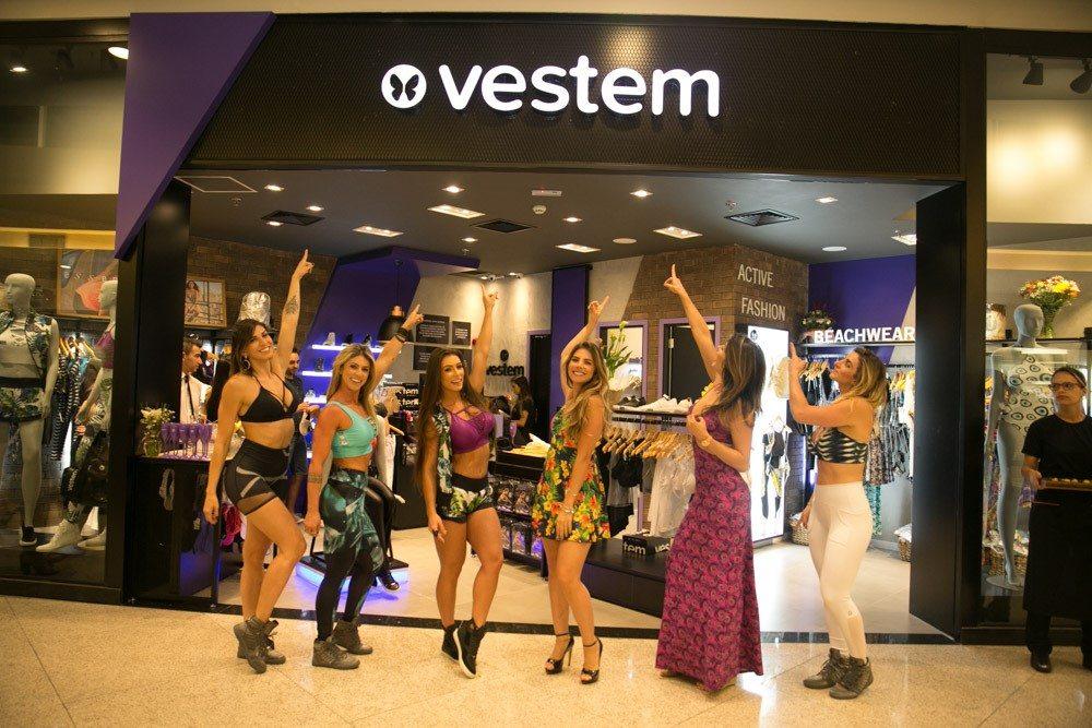 Panicat Wendy Tavares esbanja charme e simpatia em inauguração de loja fitness