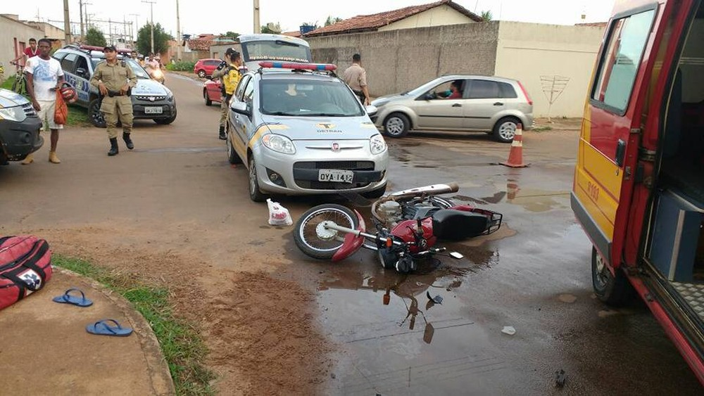 Carro do Detran bate em motocicleta com mulher e criança de nove anos
