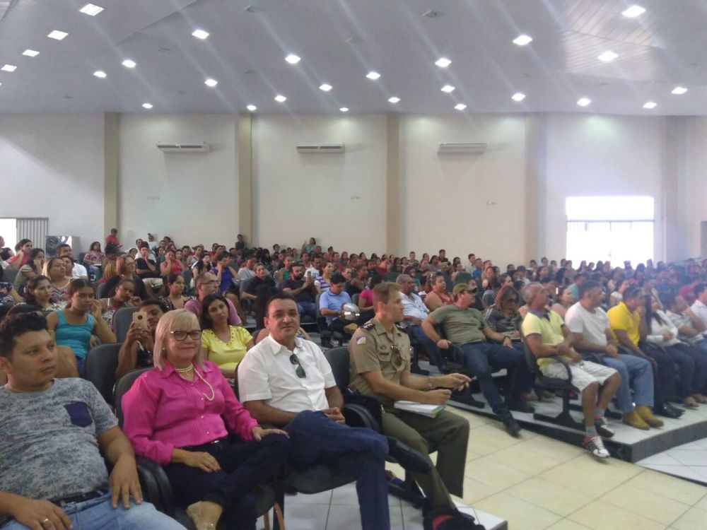 Pais e responsáveis por estudantes participam de reunião sobre funcionamento do Colégio Militar em Paraíso