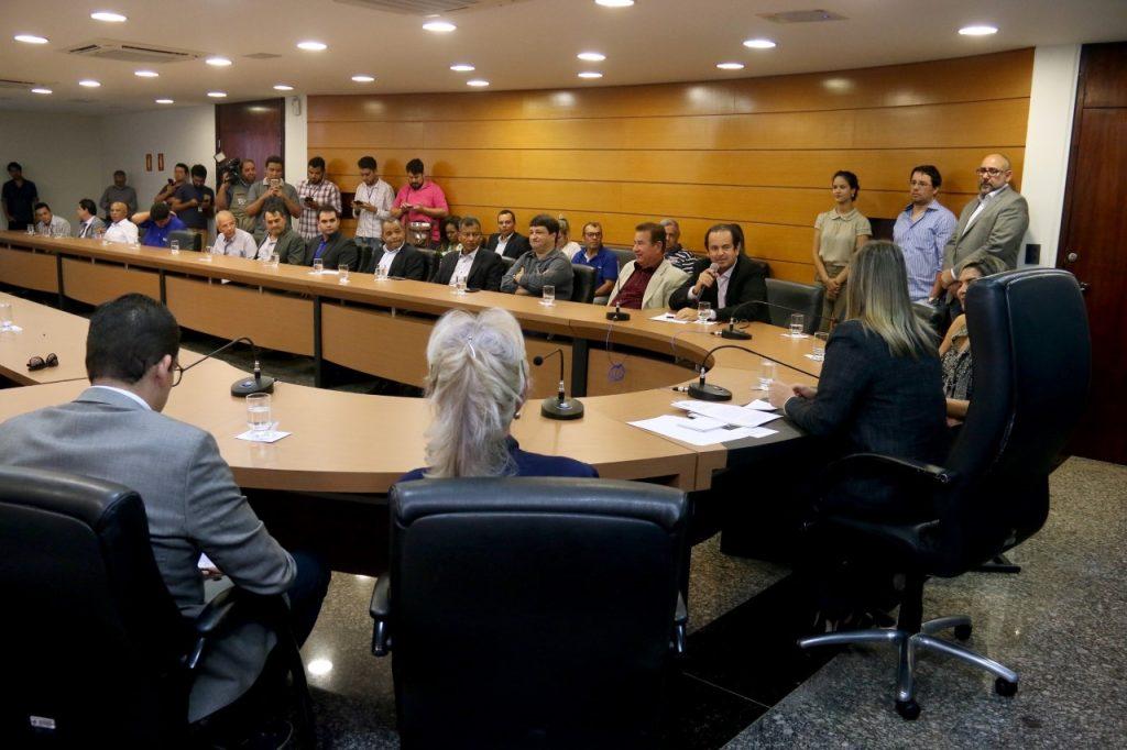 Roberto Pires participa de lançamento do REFIS em Palmas