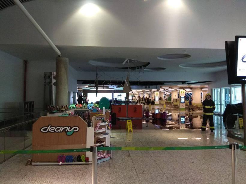 Teto do salão de embarque do aeroporto de Brasília desaba