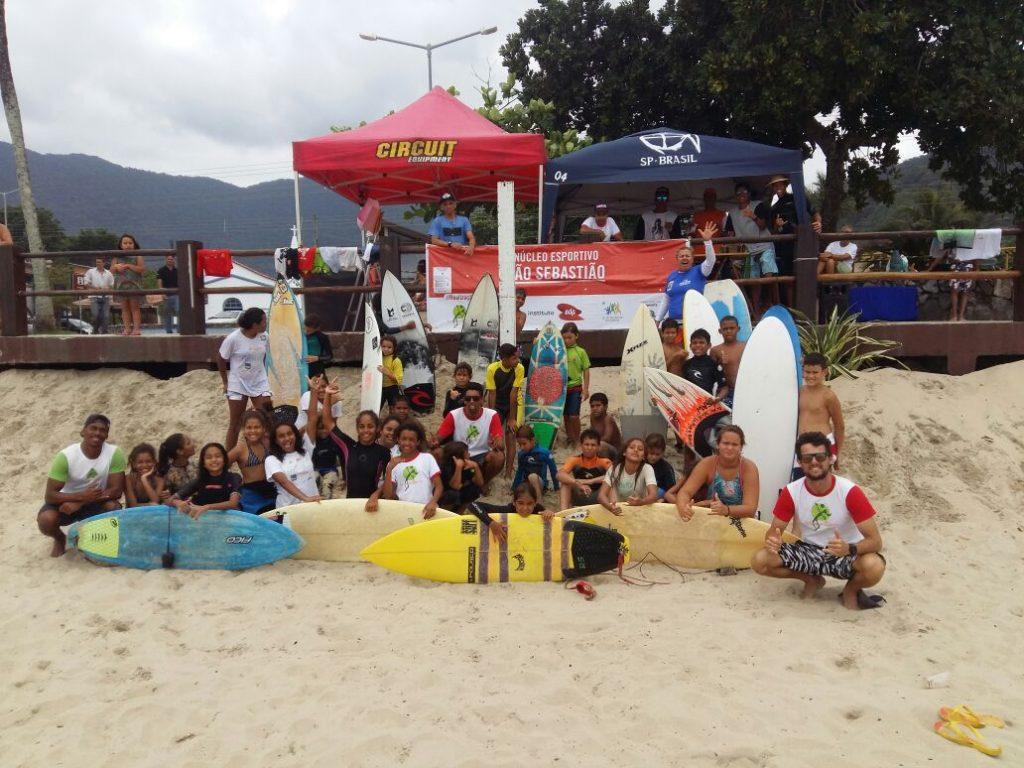 Alunos de projeto do IEE, de Ana Moser, constroem prancha de surfe com garrafas pet em São Sebastião