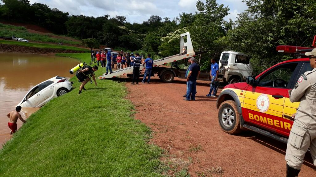 Veículo roubado em lanchonete é encontrado dentro de lago, em Paraíso TO
