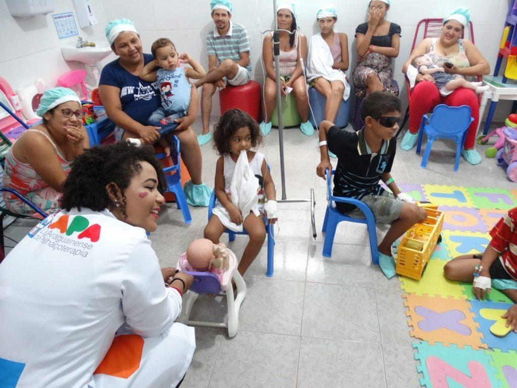 Liga Acadêmica de Palhaçoterapia visitou crianças internadas no HMA