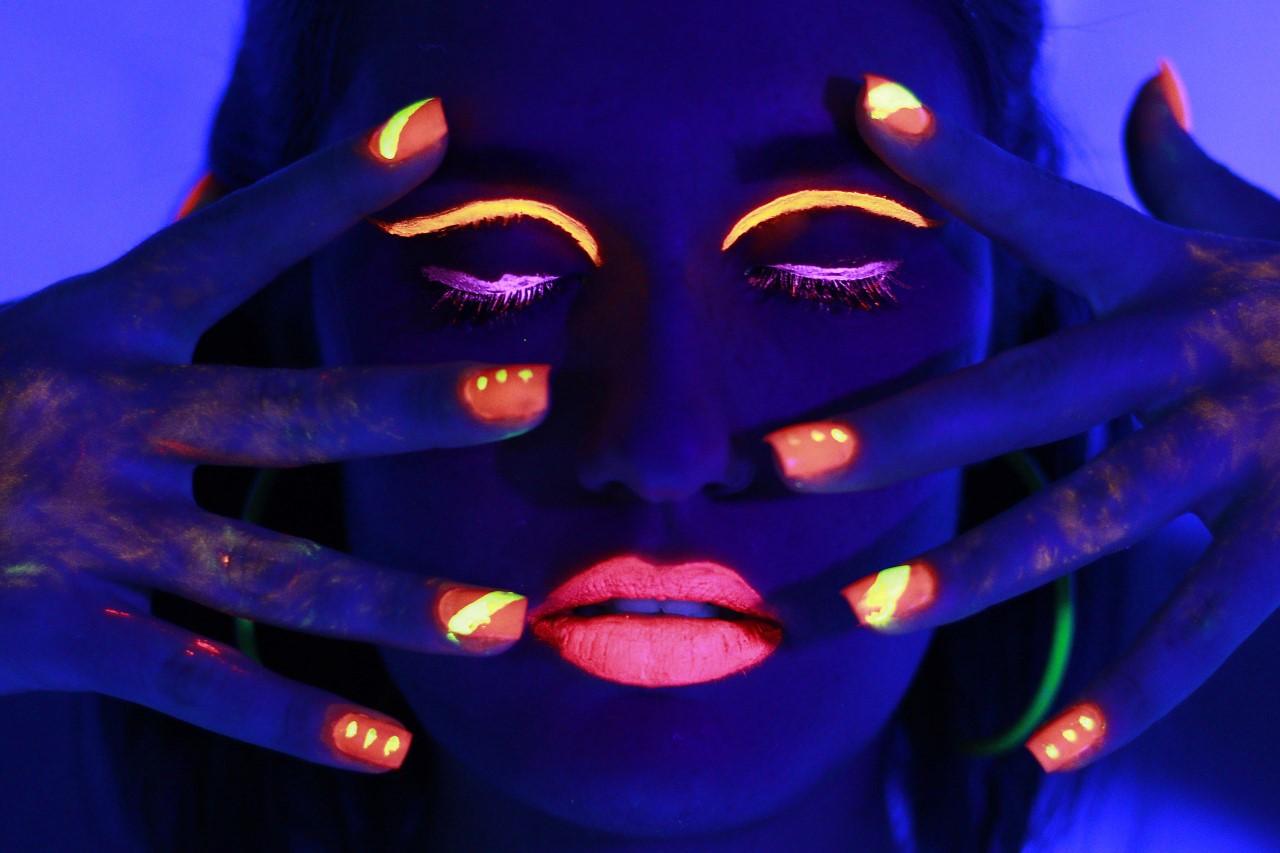Aprenda a fazer uma maquiagem com neon e brilhe no Lollapalooza