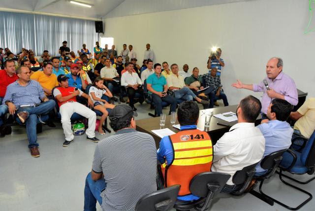 Ronaldo Dimas sanciona lei que isenta taxistas e mototaxistas de tributo anual