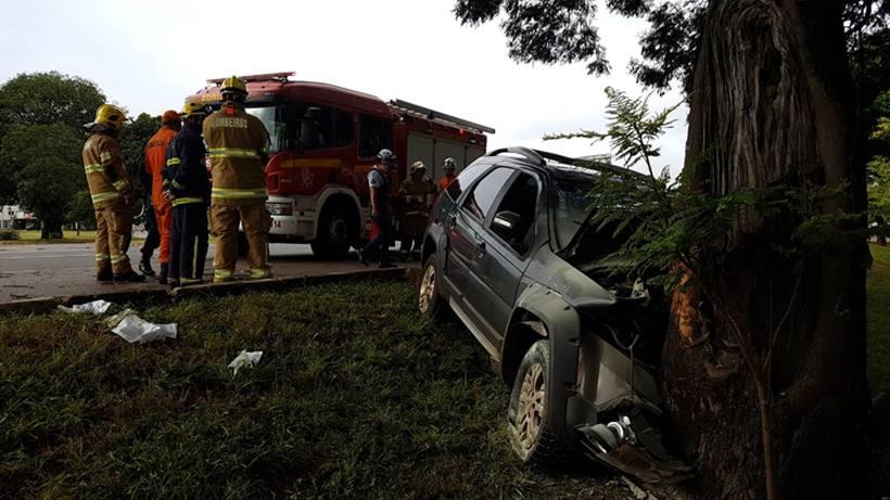 Após carro bater em árvore, bebê é lançado para fora do carro, no DF