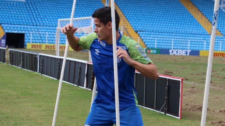 """Na expectativa do seu primeiro clássico, Matheus Barbosa revela: """"Tipo de partida que todos querem jogar"""""""