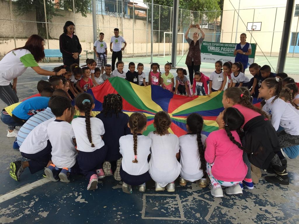 Projeto do IEE leva ídolo do futebol para bate-papo com crianças e jovens