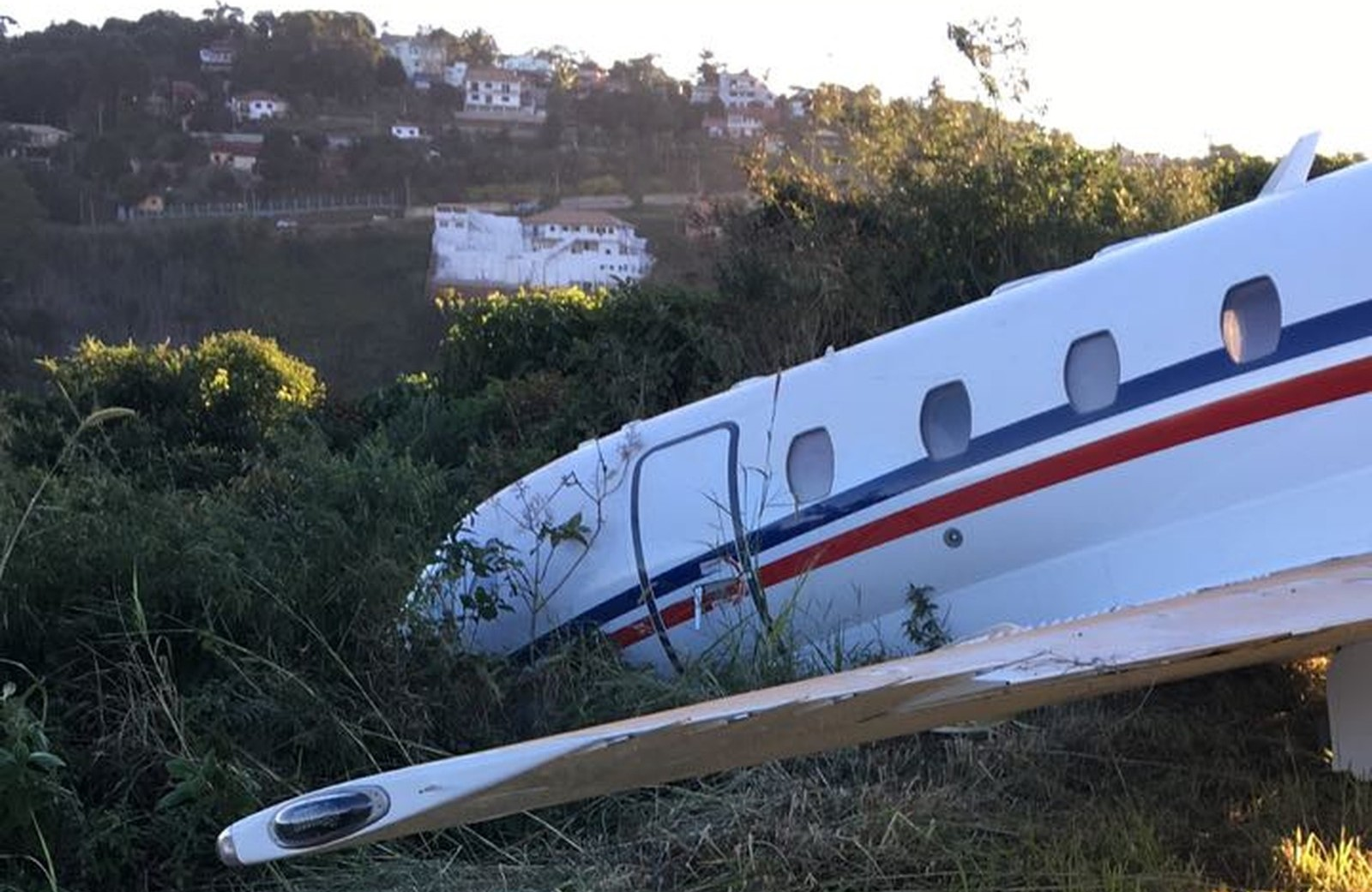 Avião de Alok sai da pista em aeroporto de Juiz de Fora; DJ passa bem