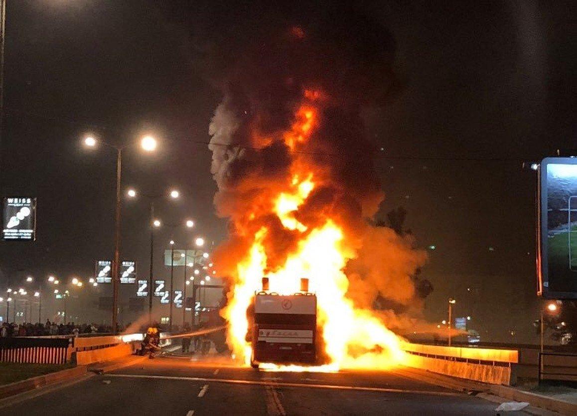 Ônibus do Estrela Vermelha pega fogo em comemoração do título nacional