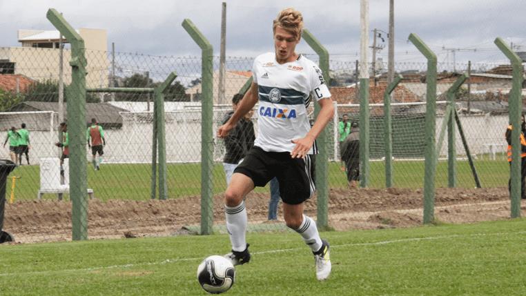Dono da braçadeira de capitão, zagueiro Fábio Bogler celebra goleada do Coritiba na estreia do Campeonato Paranaense sub-17