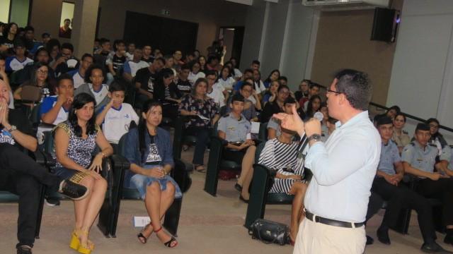 Mais de 120 gremistas de escolas da Capital acompanharam palestra sobre consumo excessivo e práticas conscientes