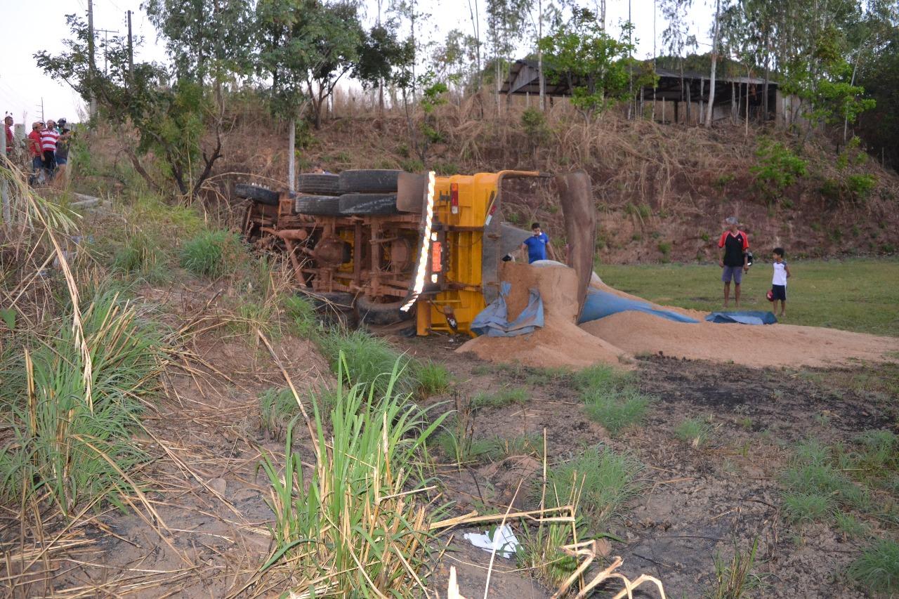 Caminhão capota na travessia de setores em Paraíso TO