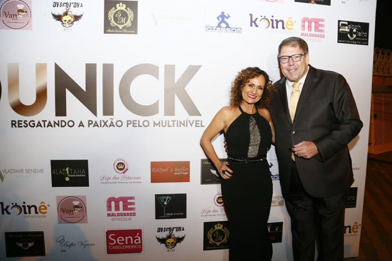 Faa Morena e Luciano Faccioli são mestre de cerimônia em evento.