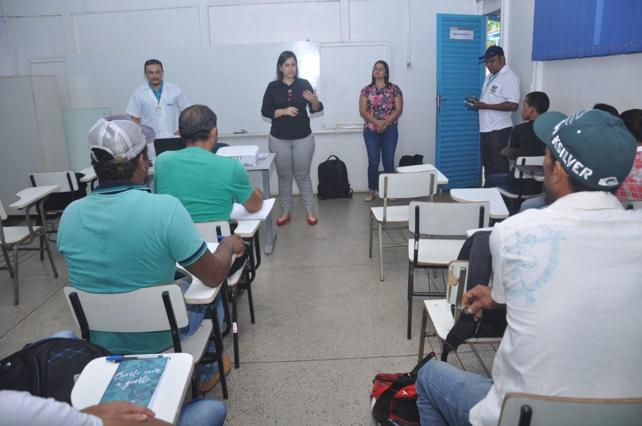 Senai oferece curso de aplicação de papel de parede em parceria com a Prefeitura de Porto Nacional