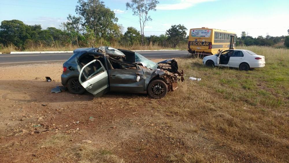 Carro fica destruído após bater em ônibus escolar na BR-153