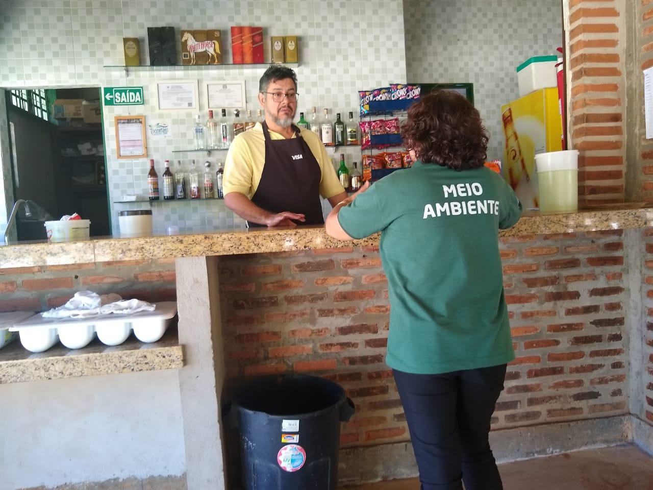 Banhistas e comerciantes são orientados a manter as praias de Palmas limpas