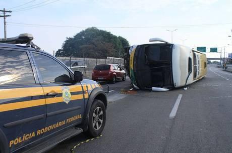 Ônibus tomba na BR-101 e deixa feridos em Niterói RJ