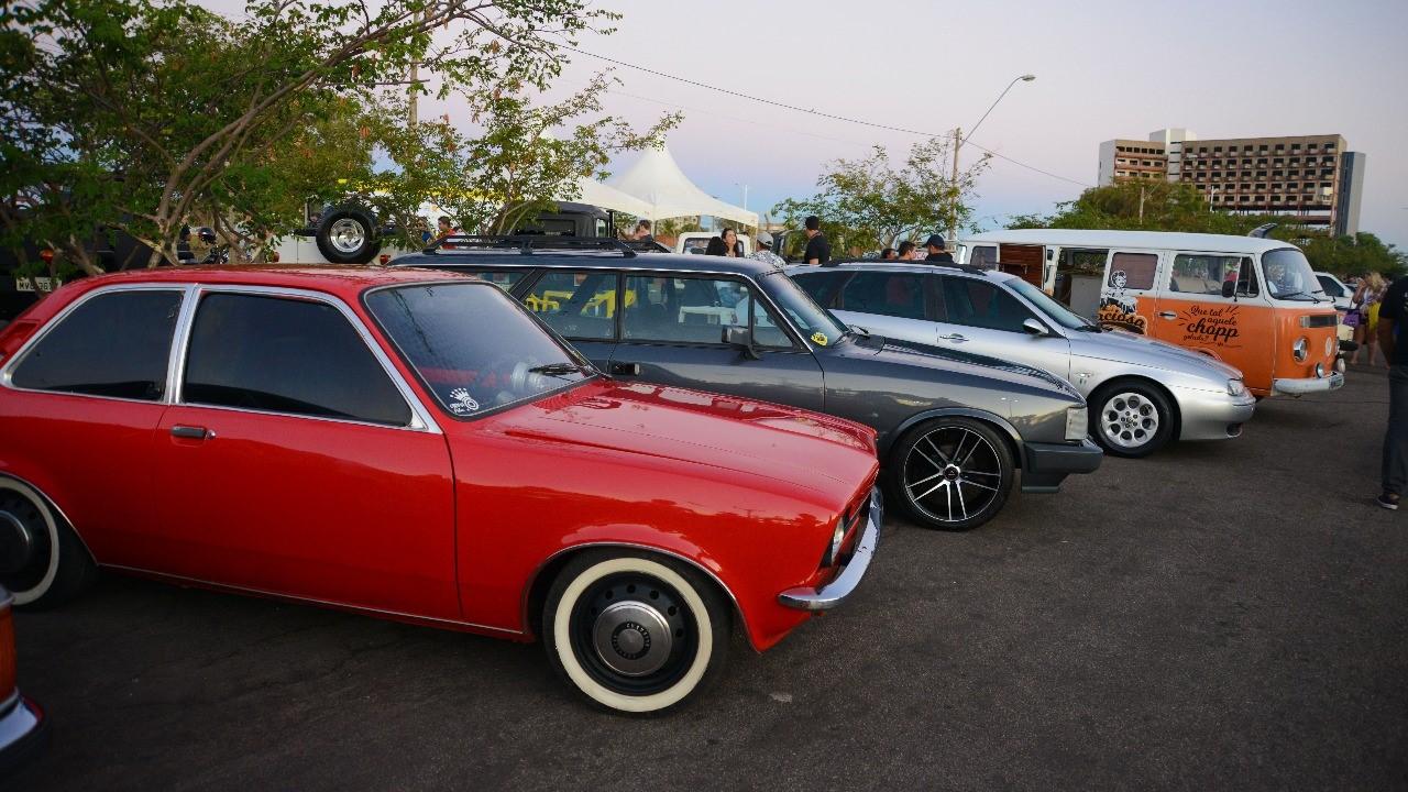 Público lota Praia da Graciosa durante exposição de carros antigos