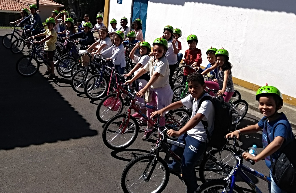 Crianças do projeto Rede de Núcleos do IEE visitam sede do Mercado Livre e ganham bikes