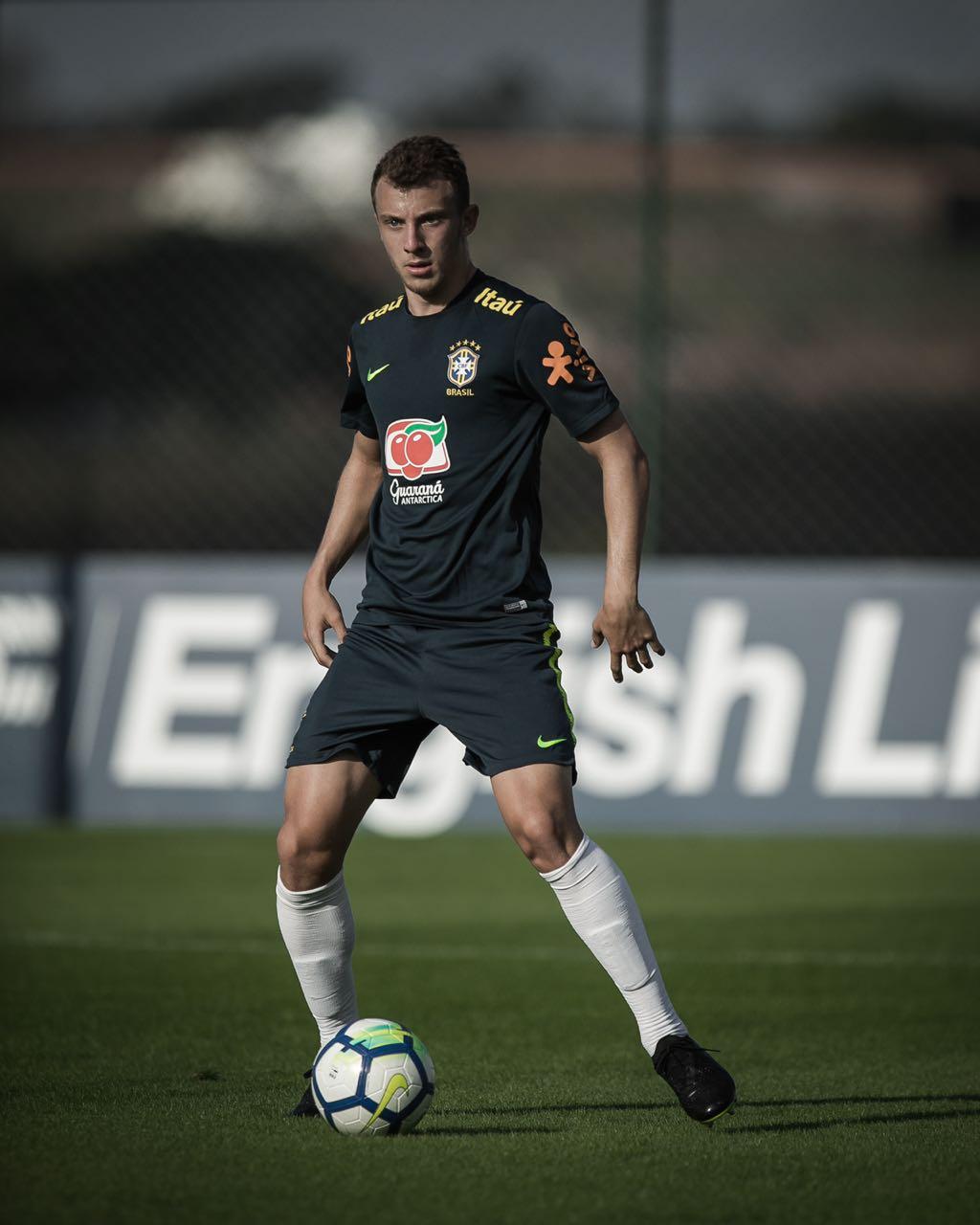 Titular em 2 dos últimos 3 jogos do Corinthians na Série A, Carlos Augusto enaltece convocação para seleção brasileira Sub-20