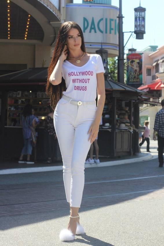 """Modelo lança camisas antidrogas em Hollywood """"Infelizmente as drogas e o mundo andam juntos"""""""