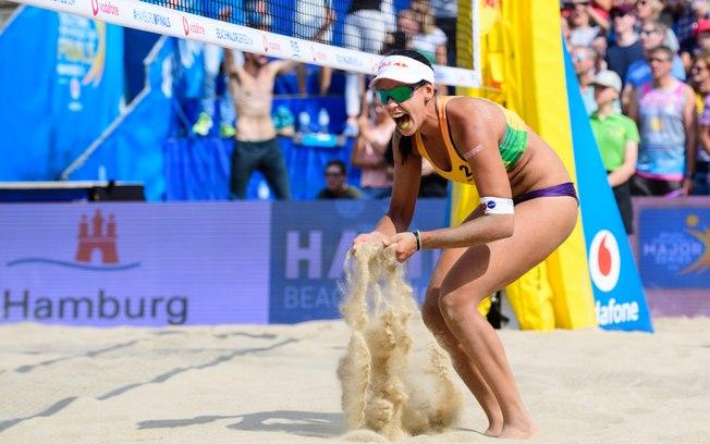 Duda é eleita melhor atleta do mundo no vôlei de praia e quebra recorde