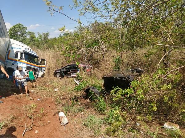Carro conduzido por cantor se choca com caminhão e sai da pista