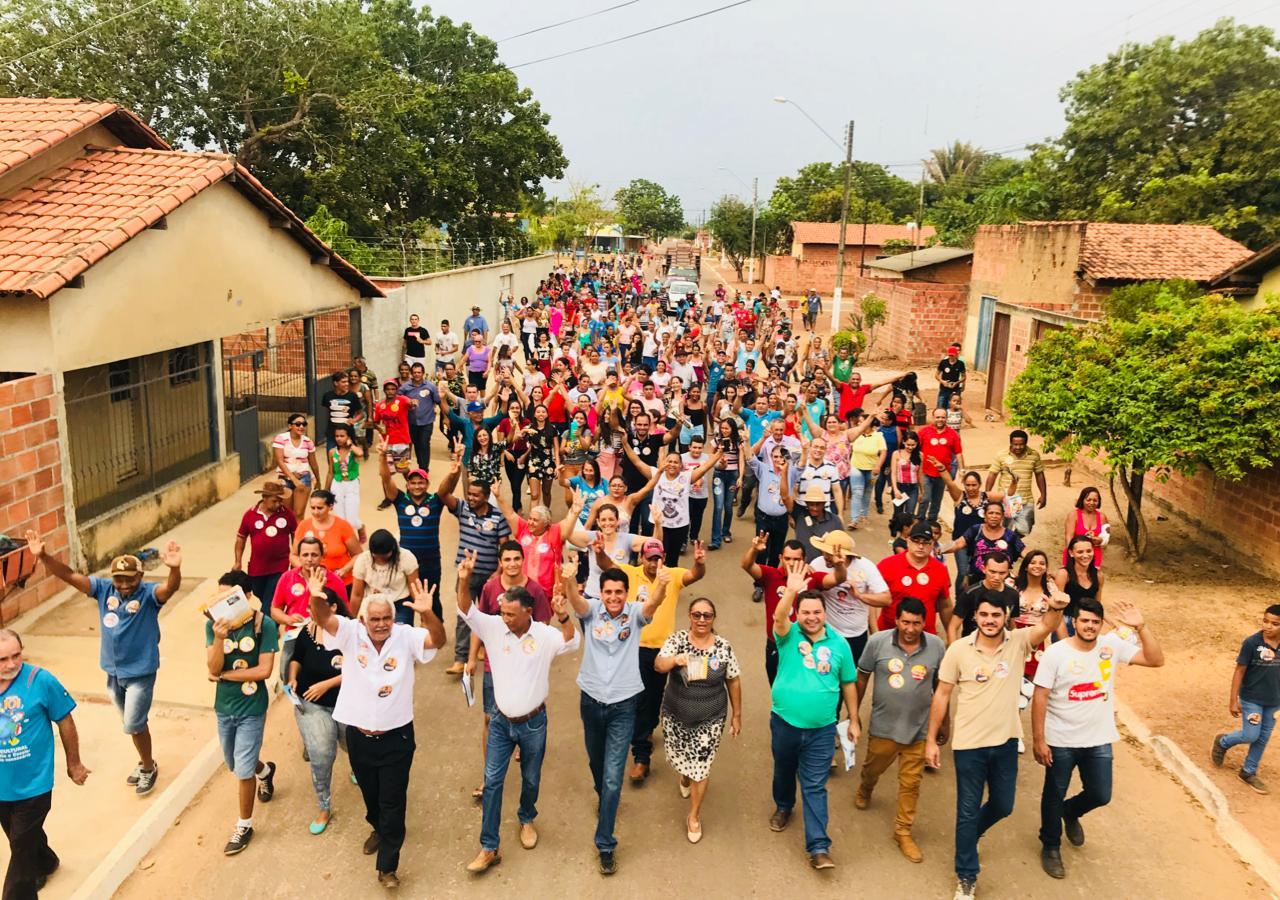 Deputado Nilton Franco reúne multidão em caminhada nas ruas de Pugmil