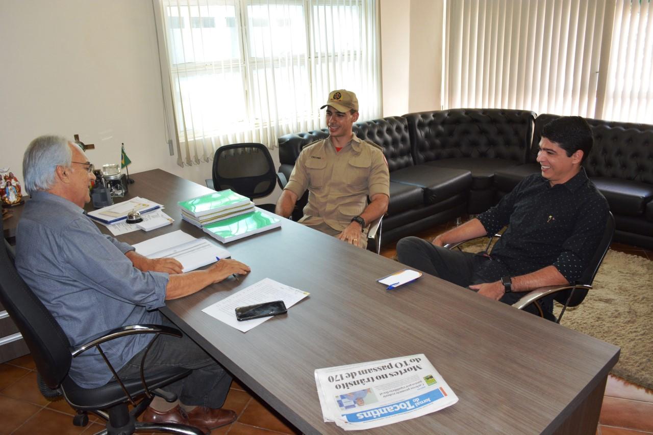 Prefeito Moisés Avelino e Vice-Prefeito Celso Morais recebem visita do novo comandante dos Bombeiros de Paraíso