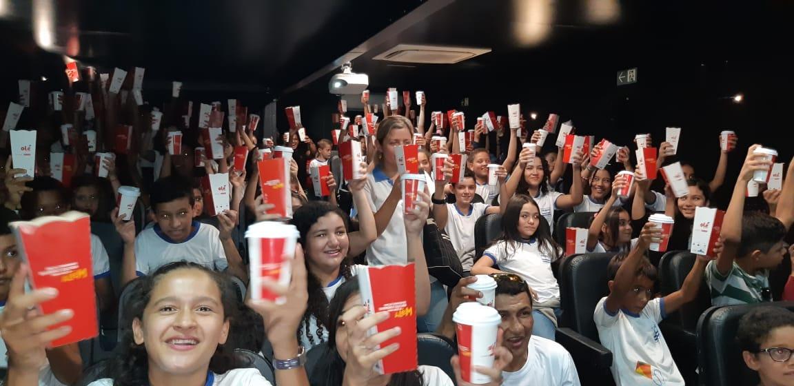 Alunos das escolas públicas municipais lotam sala de cinema itinerante