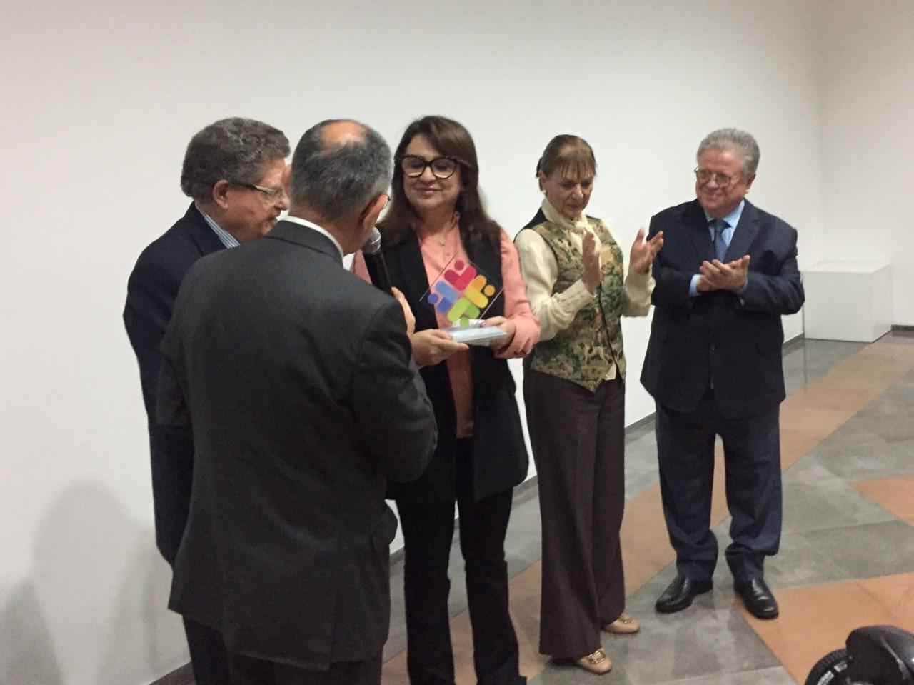 Kátia Abreu recebe homenagem após viabilizar cirurgia a 25 bebês tocantinenses no RS
