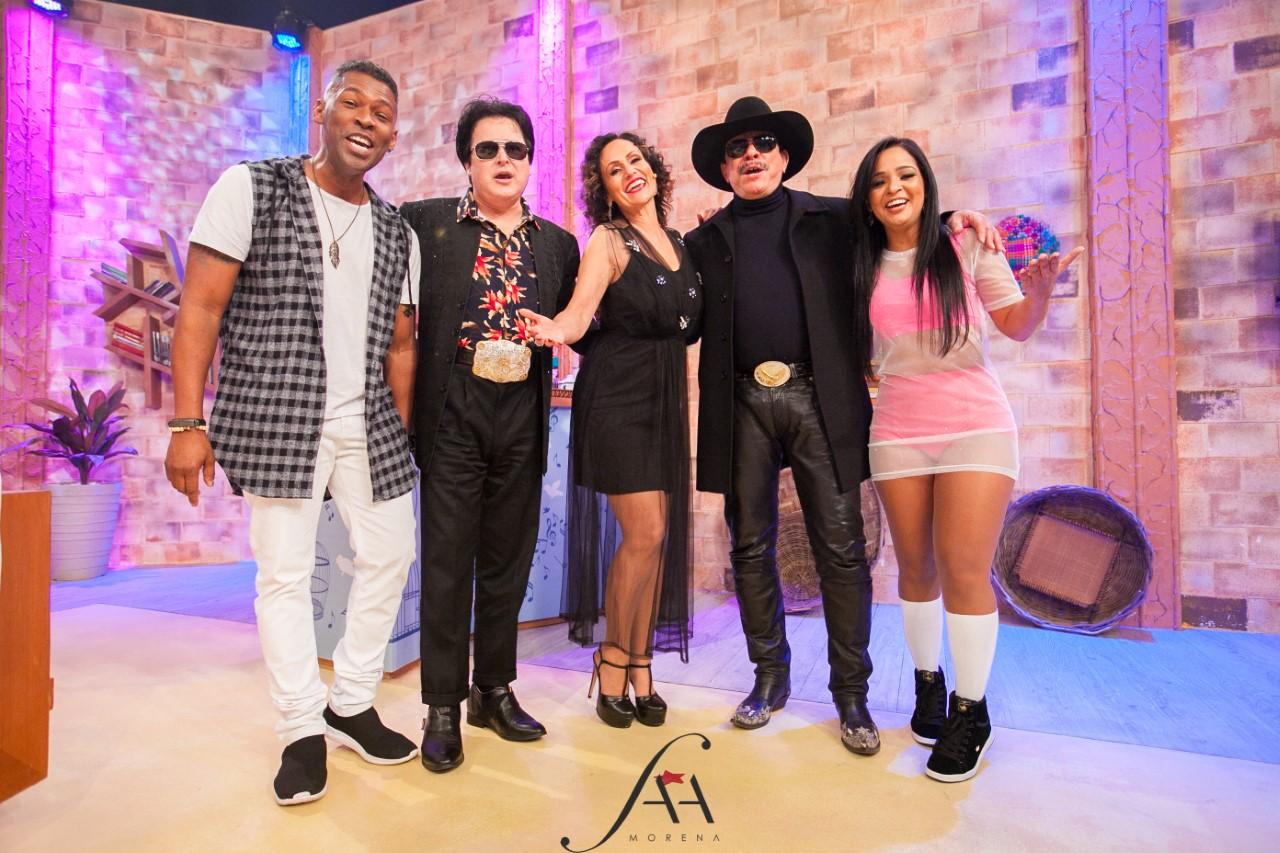 Apresentadora Faa Morena faz coreografia com Patrulha do Samba