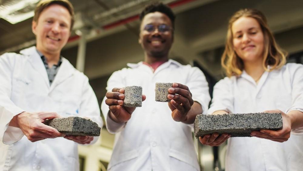 Estudantes desenvolvem tijolos feitos a partir de urina humana