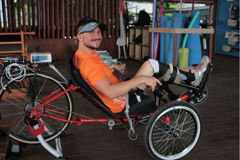 Triciclo criado por engenheiro brasiliense permite que paraplégicos pedalem