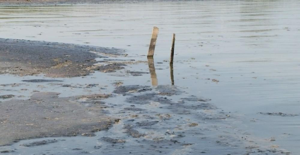 Lama preta encontrada na praia das Arnos é esgoto doméstico, aponta análise