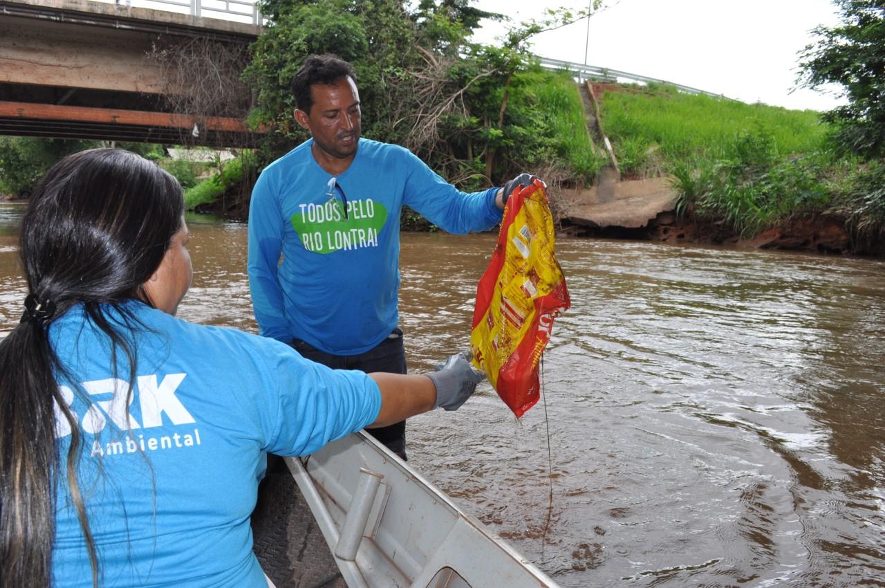 Limpeza do Lontra retira até bicicleta do rio e mostra importância da preservação