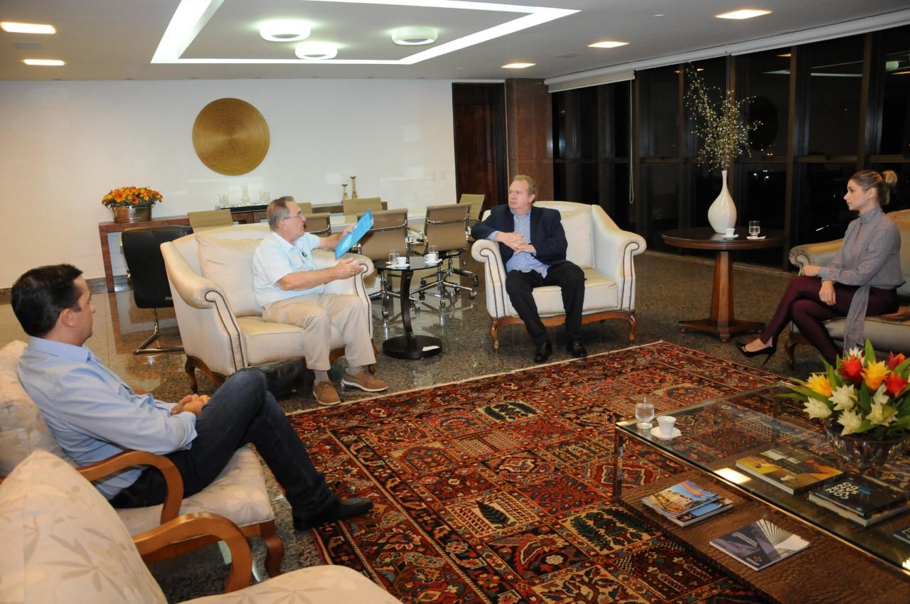 Mauro Carlesse recebe representante de empresa alemã e discute linha de crédito para o Tocantins